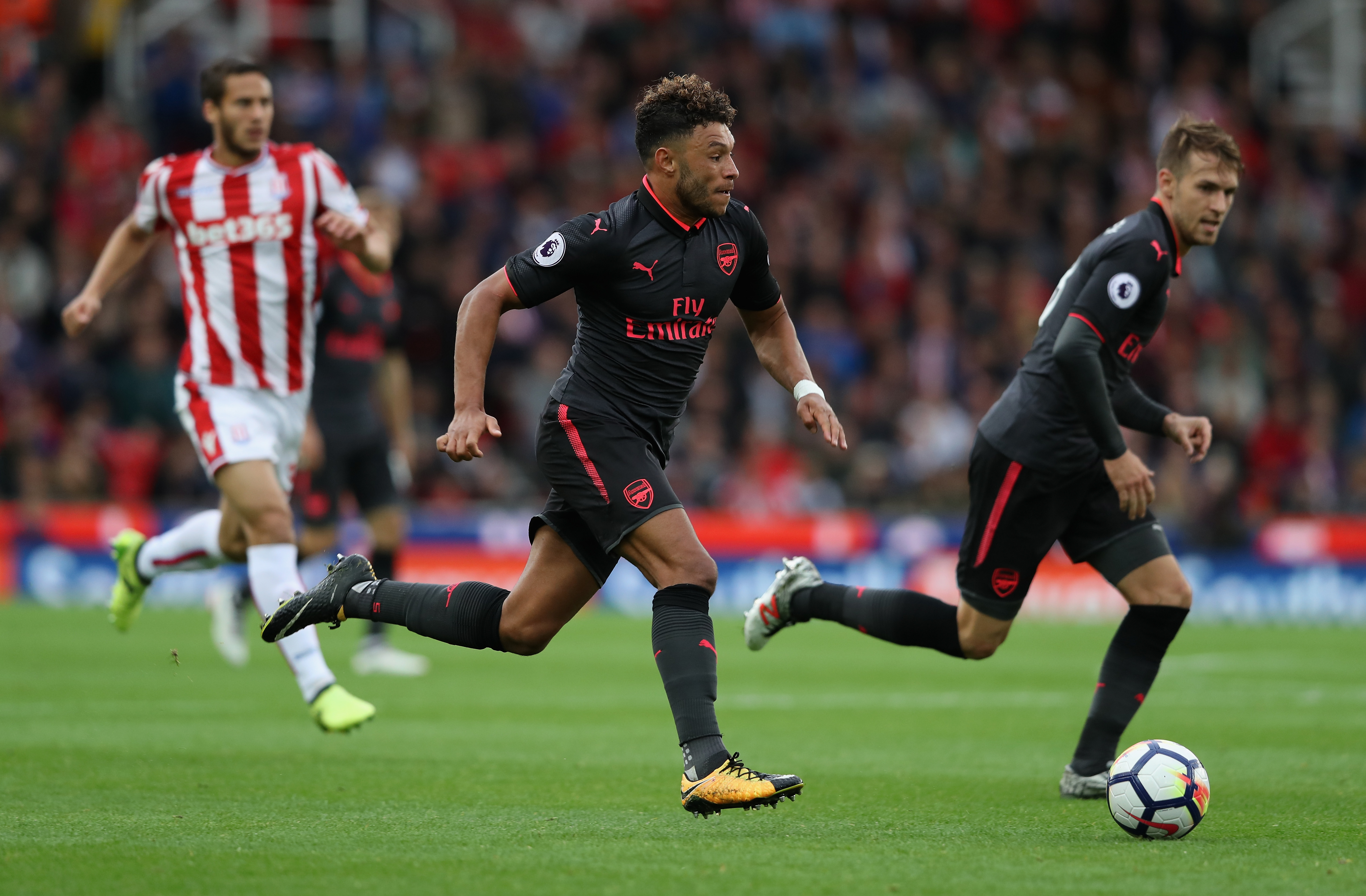 Liverpool signs Oxlade-Chamberlain from Arsenal for $45m